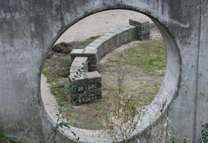 bouw van een bankje van oude tegels